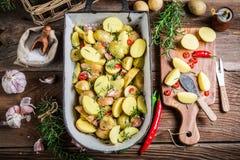 Hemlagade potatisar med rosmarin Royaltyfri Fotografi