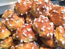 Hemlagade puffs för franskaChouquette socker Arkivbild