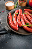 Hemlagade rå nötköttkorvar fotografering för bildbyråer