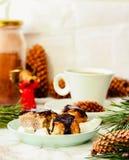 Hemlagade rå strikt vegetariankokosnötgodisar i choklad, efterrätt med Ch Fotografering för Bildbyråer