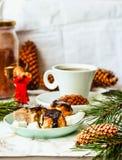 Hemlagade rå strikt vegetariankokosnötgodisar i choklad, efterrätt med Ch Royaltyfri Foto