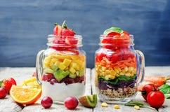 Hemlagade regnbågesallader med grönsaker, quinoa, grekisk yoghurt royaltyfri bild