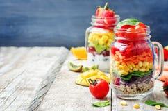 Hemlagade regnbågesallader med grönsaker, quinoa, grekisk yoghurt royaltyfri fotografi