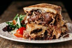 Hemlagade Reuben Sandwich med slags konserverad skinka och surkålen Fotografering för Bildbyråer