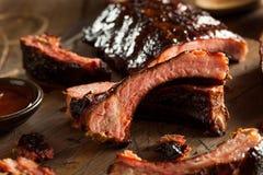 Hemlagade rökte grillfestgrisköttstöd Royaltyfri Foto