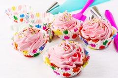 Hemlagade rosa födelsedagmuffin och cookware Royaltyfri Bild