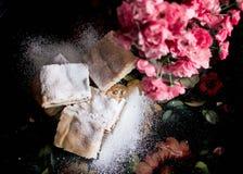 Hemlagade söta kakor med driftstopp som strilas med pudrat socker, slut upp Arkivfoton