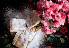 Hemlagade söta kakor med driftstopp som strilas med pudrat socker, slut upp Royaltyfria Bilder