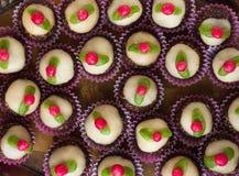 Hemlagade sötsaker med marsipaner Arkivfoto