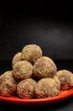 Hemlagade sötsaker som göras av torkade data och valnötter Royaltyfri Foto