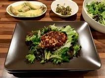 Hemlagade Salmon Fish Meatballs Served med potatisar, avokadot och sallad i platta arkivfoton