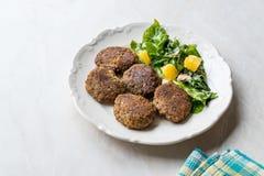Hemlagade Salmon Meatballs Served med orange sallad arkivbilder