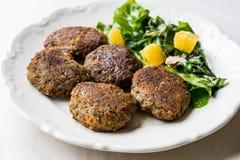Hemlagade Salmon Meatballs Served med orange sallad royaltyfri fotografi