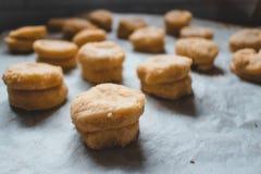 Hemlagade sconeser ordnar till för att gå i ugnen royaltyfri foto