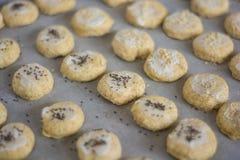 Hemlagade sconeser som är klara för ugnen Fotografering för Bildbyråer