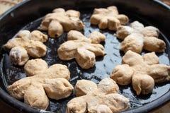 Hemlagade smakliga bullar med muttern strilar Bakelse med hemlagade bakelser Baka hemlagade kakor och muffin med muttrar royaltyfri foto