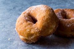 Hemlagade sockrade Donuts som är klara att äta arkivbilder