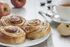 Hemlagade söta äpplekanelbullar Royaltyfri Fotografi