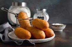 Hemlagade stekte pajer med lever och potatisar royaltyfri bild