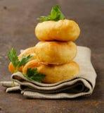 Hemlagade stekte pajer med potatisar Royaltyfri Bild
