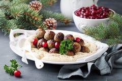 Hemlagade svenska köttbullar med mosad potatisar och tranbärsås Fotografering för Bildbyråer
