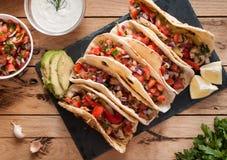 Hemlagade tortillor med kryddig höna, grönsaker och salsa doppar på trätabellen, bästa sikt royaltyfria bilder
