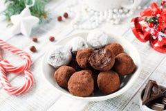 Hemlagade tryfflar för chokladgodis med godisrottingar på den vita tabellen Fotografering för Bildbyråer