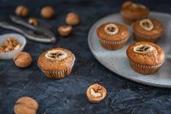 Hemlagade valnöt- och bananmuffin på mörk bakgrund Slapp fokus royaltyfri fotografi