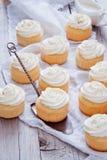 Hemlagade vaniljmuffin Arkivfoton