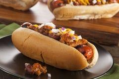 Hemlagade varma Chili Dog med cheddarost Arkivfoton