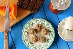 Hemlagade vegetariska tryfflar med pumpa, choklad, coffeemake Arkivfoto