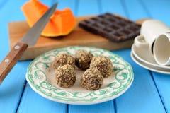 Hemlagade vegetariska tryfflar med pumpa, choklad, kniv och Royaltyfria Foton