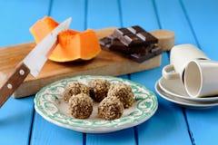 Hemlagade vegetariska tryfflar med pumpa, choklad och kaffe Royaltyfri Foto