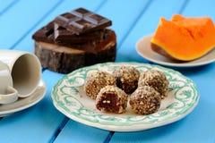 Hemlagade vegetariska tryfflar med pumpa, choklad och kaffe Arkivbild