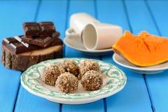 Hemlagade vegetariska tryfflar med pumpa, choklad och kaffe Royaltyfria Foton
