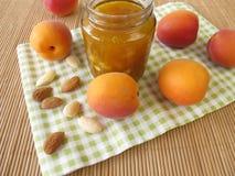 Hemlagat aprikosdriftstopp med mandlar Royaltyfri Fotografi