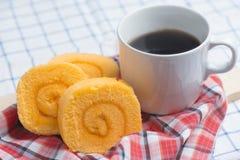 Hemlagat bageri för orange anstrykningdriftstopprulle med kaffe på tabellen Royaltyfri Fotografi