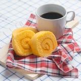Hemlagat bageri för orange anstrykningdriftstopprulle med kaffe på tabellen Royaltyfria Foton