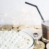 Hemlagat begrepp Vinterefterrätt med marshmallowen Royaltyfri Foto