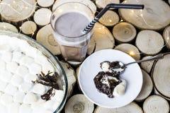 Hemlagat begrepp Vinterefterrätt med marshmallowen Royaltyfria Bilder