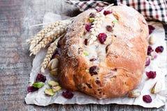 Hemlagat blandat vitt bröd för frukt och för mutter på trätabellen royaltyfria foton