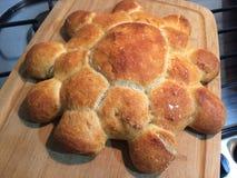 Hemlagat bröd, blomma formade för moderns dag Royaltyfri Fotografi