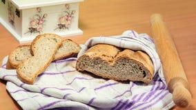 Hemlagat bröd, kavel, två brödskivor, härlig decoupageask Arkivbilder