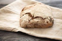 Hemlagat bröd ligger på en trätabell royaltyfri fotografi