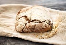 Hemlagat bröd ligger på en trätabell arkivfoton