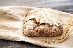 Hemlagat bröd ligger på en trätabell royaltyfria bilder