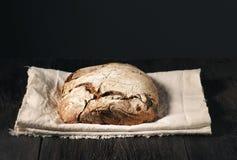 Hemlagat bröd ligger på en trätabell royaltyfri foto