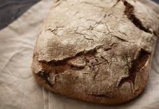 Hemlagat bröd ligger på en trätabell royaltyfri bild