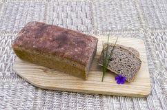 Hemlagat bröd med gräslökar och blomman Arkivfoton