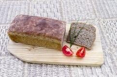 Hemlagat bröd med gräslökar och tomater Royaltyfri Foto
